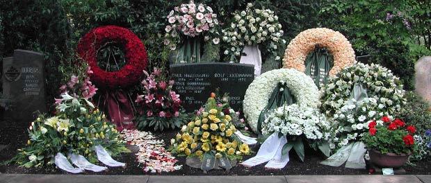 Blumenkränze dekorieren ein Grab