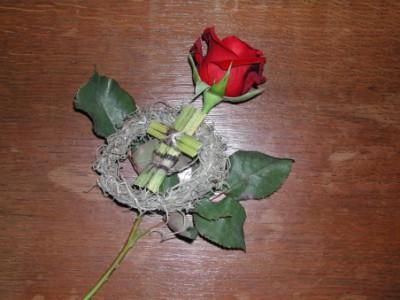 Wurfstrauß mit Rose und Kreuz