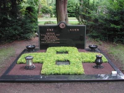 Grabbepflanzung in Kreuzform aus Buchs (immergrün)