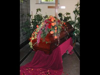 Urnenschmuck Herzgesteck für die Urne blumiger Bilderrahmen und passender Urnenkranz Sarggesteck mit Calla und Rosen Sargschmuck in dekorierter Trauerhalle mit Rollrasen und Leihpflanzen Sargschmuck mit Schleierkraut u.a. Blumen Sargschmuck Sargschmuck in weiß Urnenschmuck mit Mohn Sargschmuck mit roten Rosen Sargschmuck