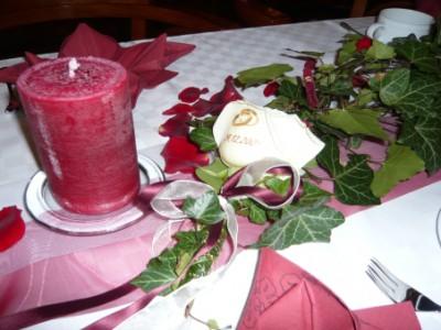 Tischdekoration mit bedruckter Rose (Eheringe)
